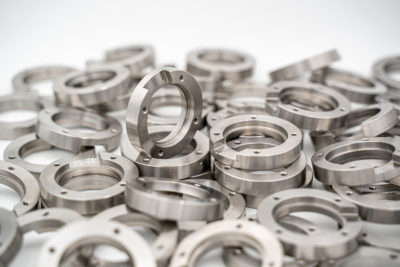 foto componenti acciaio inox estruso mediante tornitura e fresatura